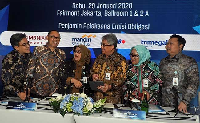 Direktur Utama Bank bjb Yuddy Renaldi (ketiga kanan), Direktur Operasional Tedi Setiawan (kiri), Direktur Kepatuhan Agus Mulyana (kedua kiri), Direktur Keuangan & Manajemen Risiko Nia Kania (ketiga kiri), Direktur Konsumer & Ritel Suartini (kedua kanan) dan Direktur IT, Treasury & International Banking Rio Lanasier, berbincang usai Investor Gathering, di Jakarta, Rabu (29/1/2020).ANTARA/FOTO - Audy Alwi
