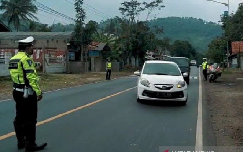 Polisi menghentikan kendaraan dari arah luar kota di wilayah Kabupaten Garut, Jawa Barat, Jumat (24/4/2020). - Antara