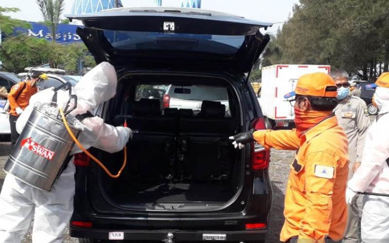 Petugas gabungan dari pemerintah Kabupaten Sukabumi, TNI/polisi, dan petugas keamanan lain saat memeriksa penumpang kendaraan yang masuk ke Kabupaten Sukabumi, Jawa Barat, sebagai upaya memutus mata rantai penyebaran Virus Corona atau Covid-19. -  Antara/Aditya Rohman