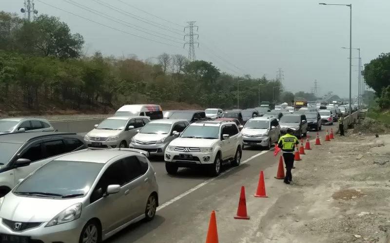 Kepadatan jelang Gerbang Tol Cikampek Utama. / ANTARA