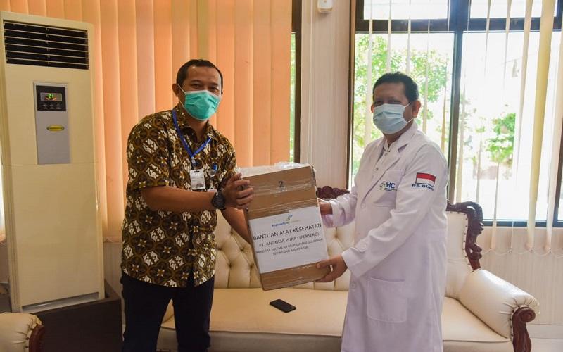Penyerahan bantuan oleh Farid Indra Nugraha, General Manager PT Angkasa Pura I Balikpapan berupa APD kepada tenaga kesehatan.