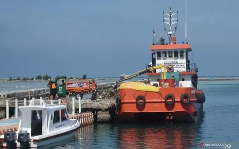Kapal pengangkut sampah yang beroperasi di Kepulauan Seribu, Provinsi DKI Jakarta. - Antara\n\n