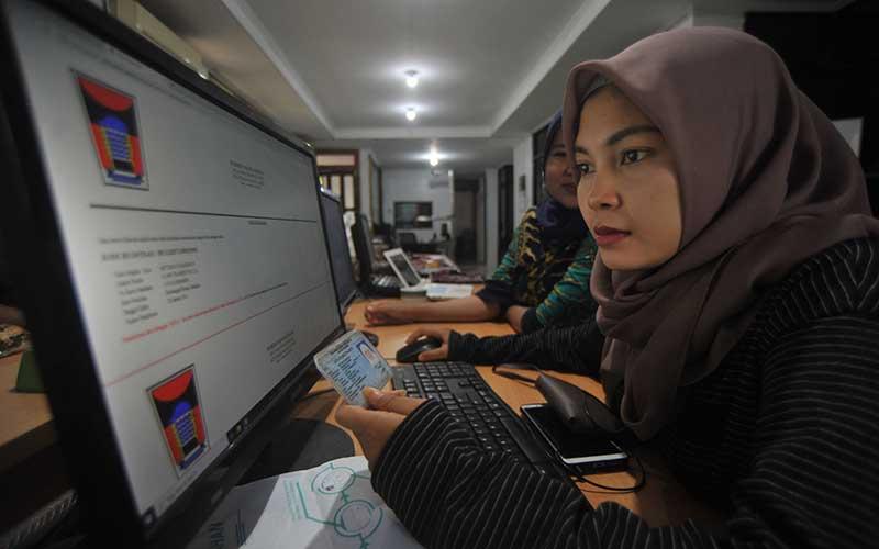 Seorang warga mengurus surat keterangan menikah menggunakan aplikasi e-kelurahan, di Padang, Sumatera Barat, Rabu (29/2/2020). ANTARA FOTO - Iggoy el Fitra