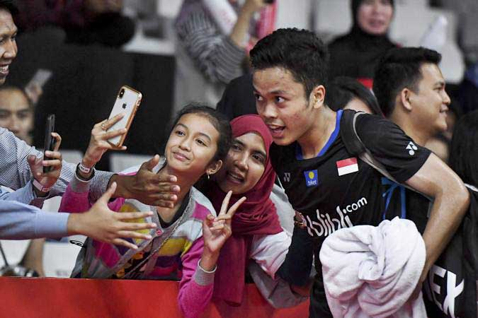 Pebulu tangkis putra Indonesia Anthony Sinisuka Ginting (kanan)./Antara - Hafidz Mubarak