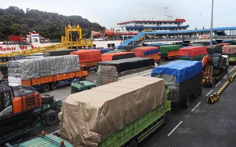 Sejumlah truk yang akan menyeberang ke Sumatera antre sebelum masuk kapal ferry di Pelabuhan Merak, Banten, Sabtu (7/3/2020). Kementerian Perhubungan telah mengeluarkan larangan bagi truk serta kendaraan lain dengan muatan berlebih (over dimensi maupun over loading) untuk menyeberang di jalur Merak-Bakauheni maupun sebaliknya karena berpotensi merusak jalan yang berakibat merugikan negara dan kepentingan umum. - Antara/Asep Fathulrahman