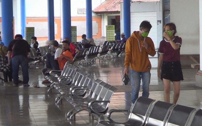 Ruang tunggu penumpang Terminal Mengwi di Badung, Bali, pada Jumat (24/4/2020) tampak sepi akibat masa pandemi corona Covid-19./Antara - Ayu Khania Pranisitha