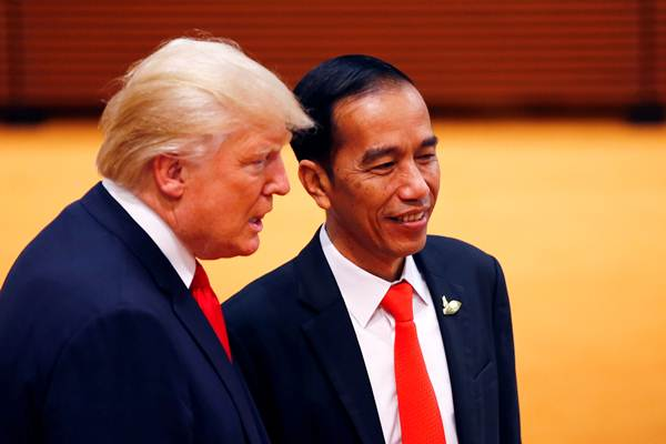 Presiden Joko Widodo (kanan) berbincang dengan Presiden Amerika Serikat Donald Trump di sela-sela KTT G20,  di Hamburg, Jerman, Sabtu (8/7) siang waktu setempat. - REUTERS/Wolfgang Rattay
