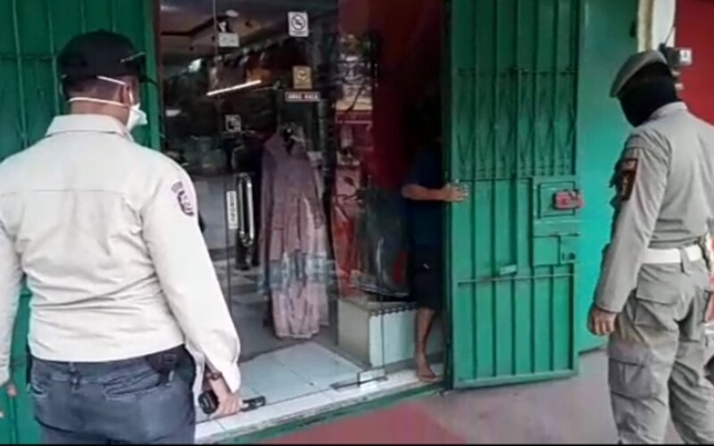 Penutupan tempat usaha atau toko nonsembako yang masih beroperasi selama PSBB Makassar. - Istimewa