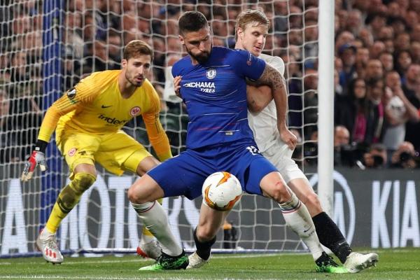 Olivier Giroud, Martin Hinteregger and Kevin Trapp dalam pertandingan leg kedua semifinal Liga Eropa Chelsea vs Eintracht Frankfurt di Stamford Bridge, Jumat (10/5/2019) - REUTERS/David Klein