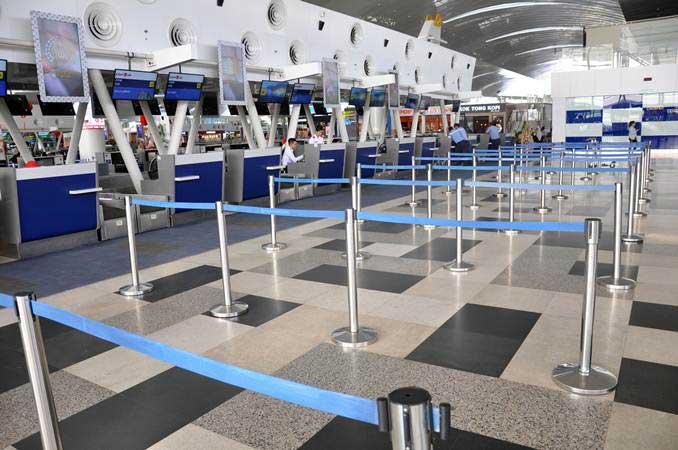 Petugas layanan check-in penumpang beraktivitas di Bandara Internasional Kualanamu, Deli Serdang, Sumatra Utara, Rabu (13/2/2019). - ANTARA FOTO/Septianda Perdana
