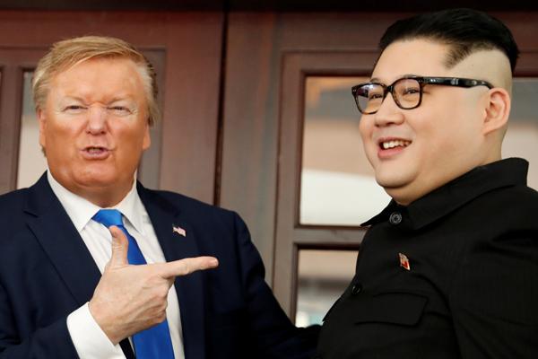 Pemimpin Korea Utara Kim Jong/un tiruan (diperankan sorang peranakan Australia/China Howard X) dan Presiden Amerika Serikat Donald Trump tiruan (diperankan Russell White) barakting di depan Hotel Metropole Hanoi, Vietnam Jumat 22 Februari menjelang pertemuan puncak Donald Trump dan Kim Jong/u. Reuters/Jorge Silva