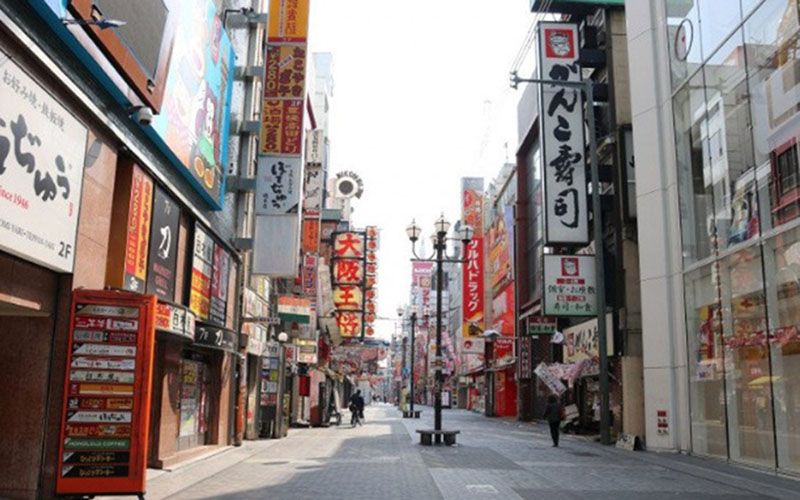 Sejumlah orang berada di distrik perbelanjaan dan hiburan Dotonbori di Osaka, Jepang, Rabu (8/4/2020), sehari setelah Perdana Menteri Jepang Shinzo Abe mengumumkan keadaan darurat selama sebulan untuk Tokyo, Osaka, dan lima perfektur lainnya untuk menekan angka penyebaran virus corona COVID-19./Antara - AFLO