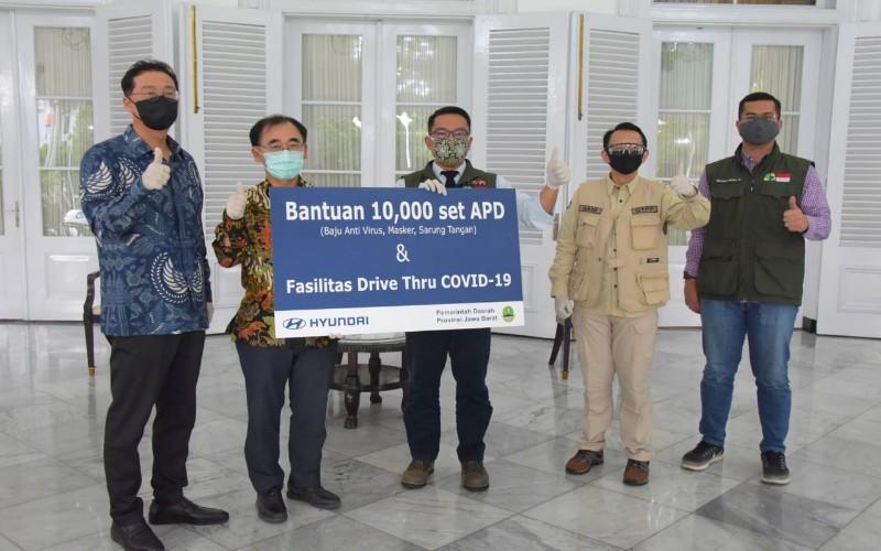 Gubernur Jabar Ridwan Kamil menerima sumbangan dari Hyundai - Istimewa