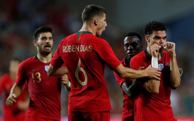 Ruben Dias (6) ketika membela Timnas Portugal. - Reuters