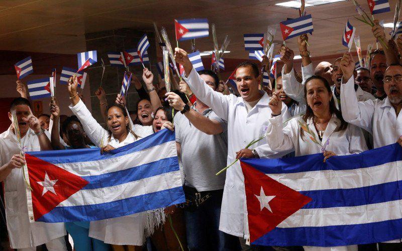 Dokter asal Kuba yang kembali dari Bolivia ikut serta dalam upacara penyambutan di Bandara Internasional Jose Marti di Havana, Kuba, Jumat (16/11/2019)/Antara/Reuters - Stringer
