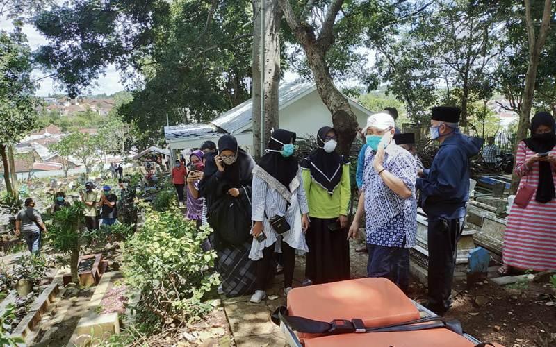 Wali Kota Malang Sutiaji (dua dari kanan) menghadiri pemakaman suspect Covid-19 di TPU Bunulrejo, Kec. Blimbing, Sabtu (11/4/2020). - Istimewa