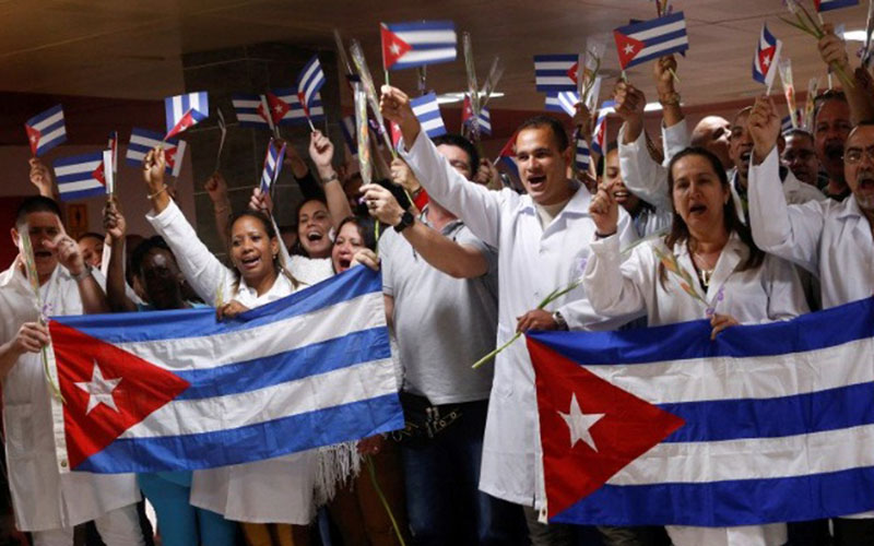 Dokter asal Kuba yang kembali dari Bolivia ikut serta dalam upacara penyambutan di Bandara Internasional Jose Marti di Havana, Kuba./Antara - Reuters