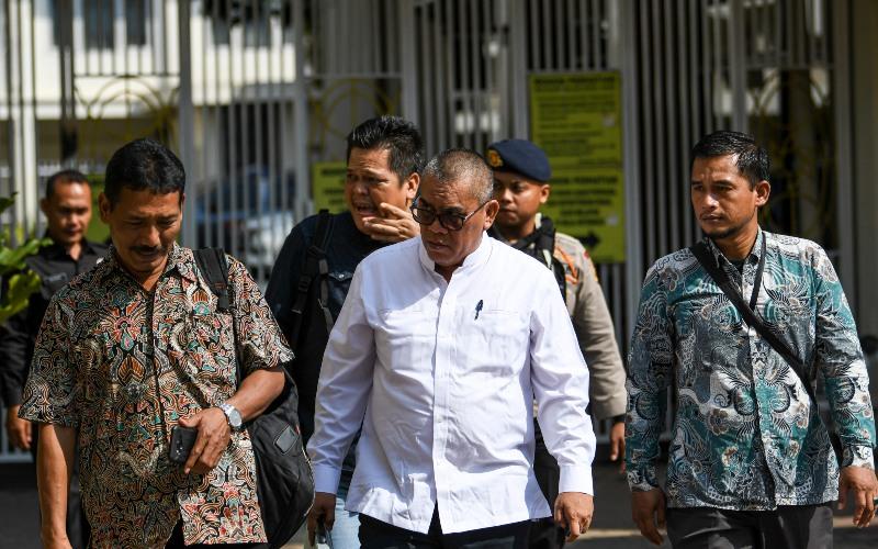Terdakwa Bupati Muara Enim nonaktif Ahmad Yani (tengah) dikawal anggota Brimob Polda Sumsel saat akan menjalani sidang lanjutan di Pengadilan Tipikor Palembang, Sumatera Selatan, Selasa (3/3/2020). - ANTARA FOTO/Nova Wahyudi