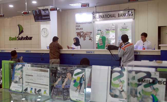 Aktifitas transaksi perbankan di Bank Sulawesi Selatan dan Barat (Sulselbar) di Makassar, Sulawesi Selatan, Jumat (14/2/2020). Bisnis - Paulus Tandi Bone