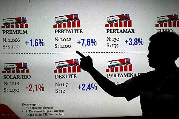 KaryawanPertamina memberi penjelasan terkait kesiapan pasokan BBM, di Makassar, Sulawesi Selatan, Rabu (19/12/2018)./ANTARA FOTO - Abriawan Abhe