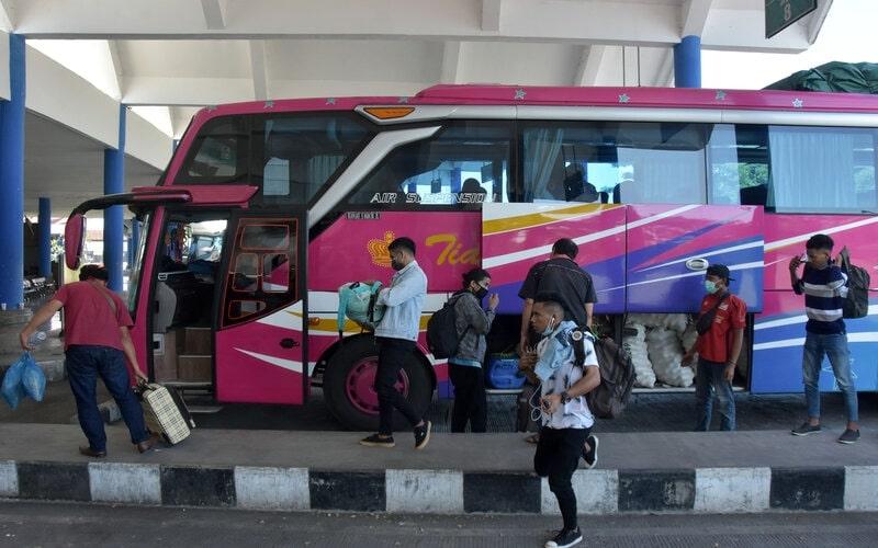 Penumpang mengambil barang bawaan dari dalam bus yang baru tiba dari Jawa Timur di Terminal Mengwi, Badung, Bali, Jumat (24/4/2020). - Antara/Nyoman Hendra Wibowo