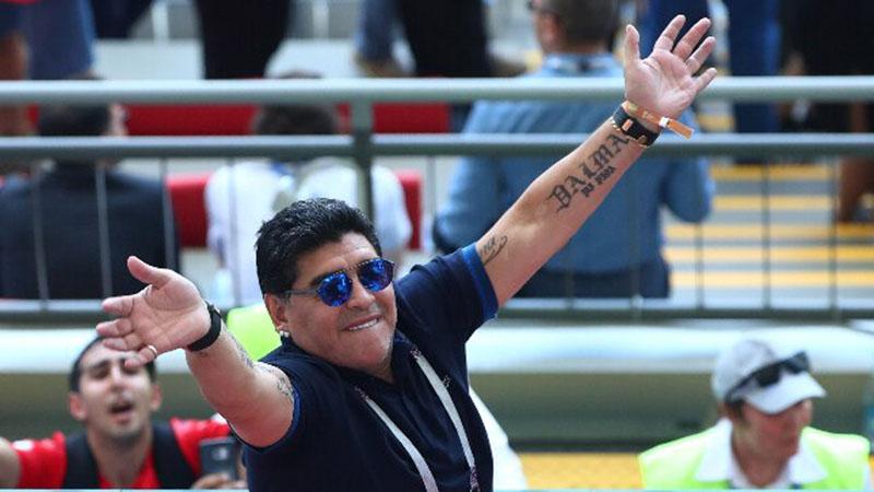 Legenda sepak bola Argentina dan Napoli Diego Maradona - Reuters