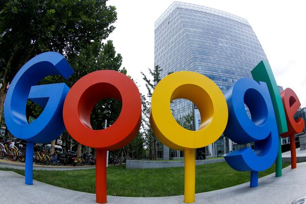 Logo Google terlihat di luar kantor perusahaan teknologi tersebut di Beijing, China, Rabu (8/8). - Reuters/Thomas Peter