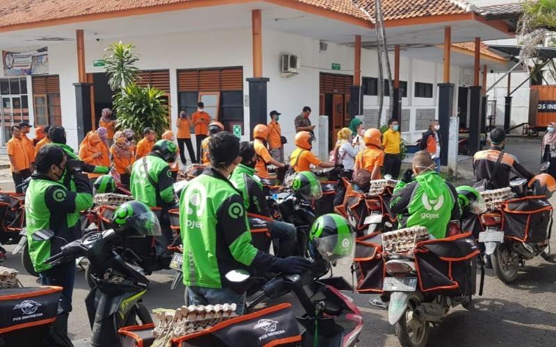 Pendistribusian bansos dari Pemprov Jabar untuk warga terdampak Covid-19 di Kota Cirebon - Bisnis/Hakim Baihaqi