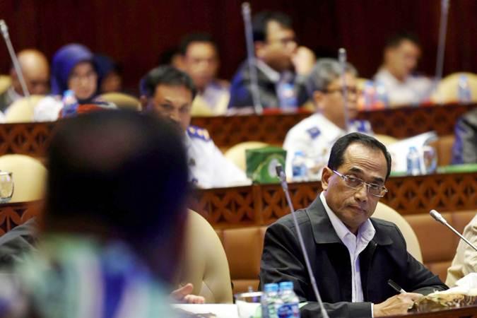 Menteri Perhubungan Budi Karya Sumadi mengikuti rapat kerja bersama Komisi V DPR RI di kompleks Parlemen Senayan, Jakarta, Rabu (12/6/2019). - Bisnis/Nurul Hidayat