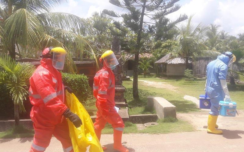 Petugas medis dari Gugus Tugas COVID-19 Kabupaten OKI mengambil sampel swab dan RDT -  istimewa