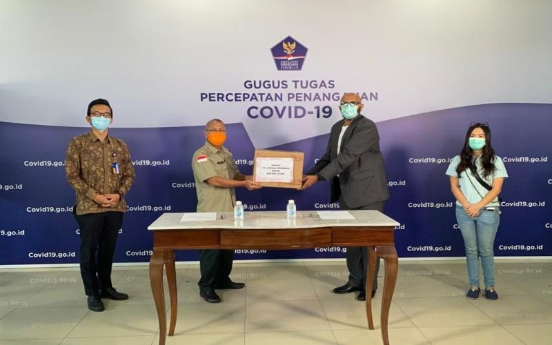 Umesh Phadke, Presiden Direktur, L'Oral Indonesia saat memberikan donasi