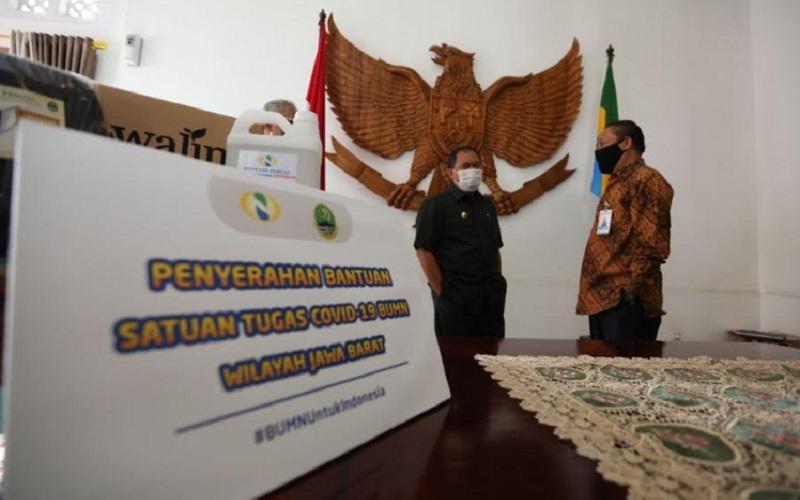 PT Perkebunan Nusantara VIII memberikan bantuan kepada Pemerintah Kota Bandung untuk penanganan Coronavirus Disease 2019 (Covid-19) di Pendopo Kota Bandung, Senin (27/4/2020). - Bisnis/Dea Andriyawan