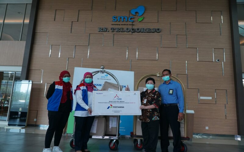 Unit Manager Communication & CSR Pertamina MOR IV, Anna Yudhiastuti (kedua kiri) saat menyerahkan bantuan paket Alat Pelindung Diri (APD) di Rumah Sakit Telogorejo Semarang. - Ist