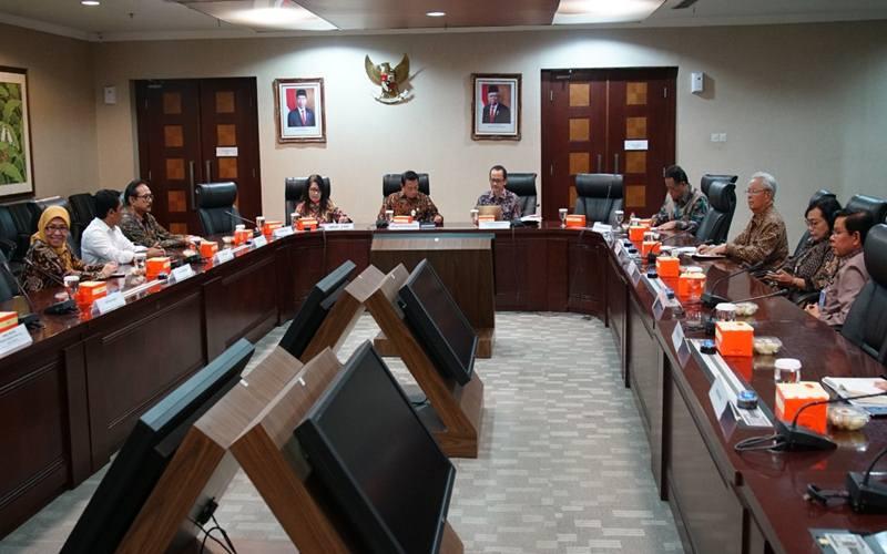 Kepala Staf Kepresidenan Moeldoko memimpin rapat koordinasi dengan rektor PTN/PTS dan Dirjen Dikti Kemendikbud  untuk penanganan virus corona di Indonesia, di Gedung Bina Graha, Jumat (13/3) sore. - Dok.KSP
