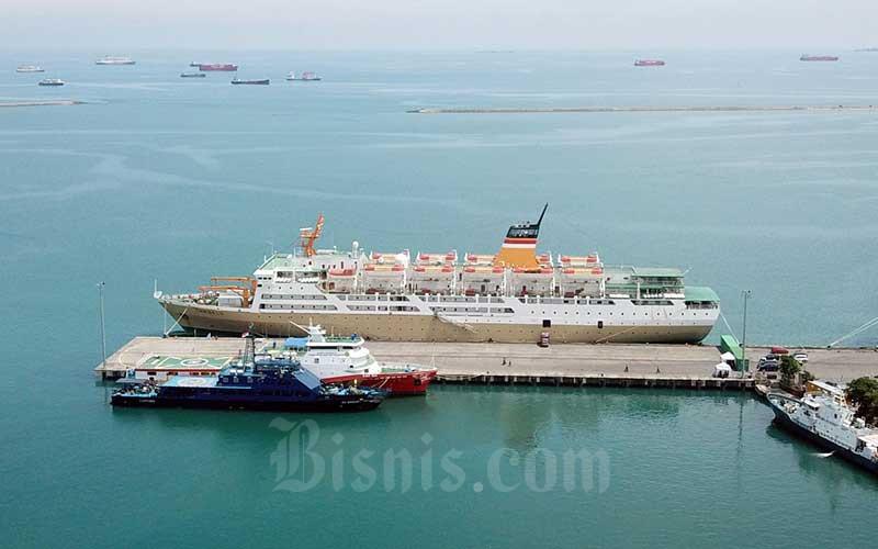 Ilustrasi - Kapal Motor (KM) Lambelu bersandar di dermaga terminal peti kemas Pelabuhan Makassar, Selasa (14/4/2020). Beberapa kru kapal tersebut terpapar Covid-19 sehingga kapal beserta kru di karantina. Sebelumnya kapal tersebut lego jangkar diluar Pelabuhan Makassar sekitar 2 mil laut. Bisnis - Paulus Tandi Bone