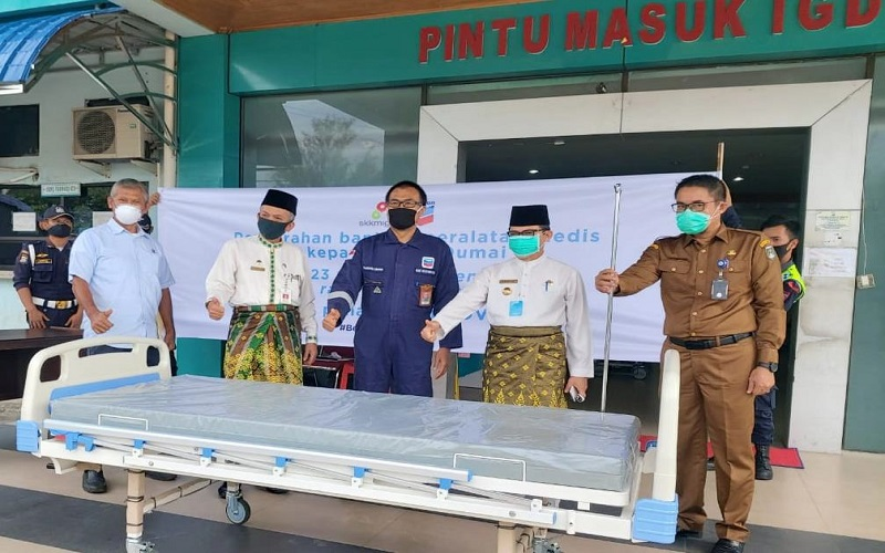 Walikota Dumai Zulkifli AS (kedua dari kanan) dan Team Manager Dumai Operation PT CPI Yudianto Utomo (ketiga dari kanan) dalam serah terima bantuan tempat tidur pasien di RSUD Dumai pada 27 April.