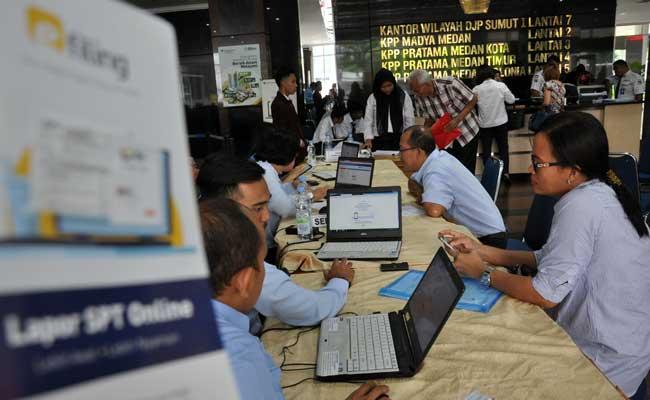 etugas Pajak melayani wajib pajak untuk mengisi form pelaporan SPT Pajak Tahunan melalui daring di Kantor Wilayah Direktorat Jenderal Pajak Sumut I di Medan, Sumatera Utara, Rabu (27/3/2019).ANTARA FOTO - Septianda Perdana