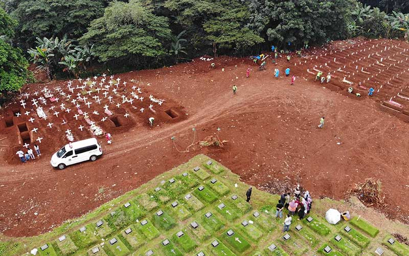 Foto aerial proses pemakaman jenazah pasien virus corona atau COVID-19 di  Taman Pemakaman Umum (TPU) Pondok Ranggon, Jakarta, Kamis (9/4/2020). Bisnis - Himawan L Nugraha\n
