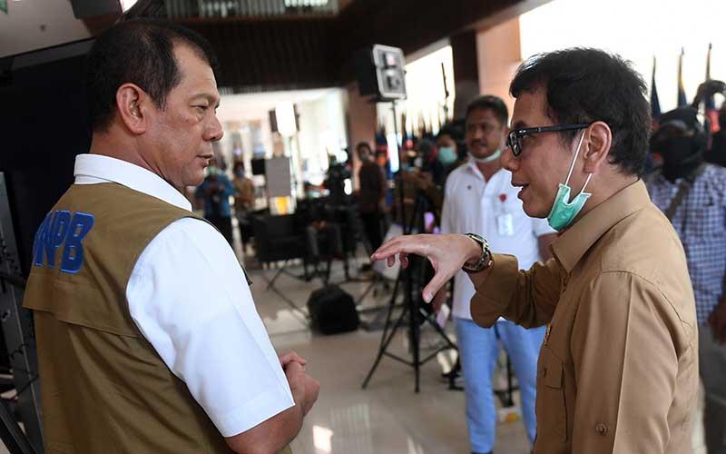 Menparekraf Wishnutama Kusubandio (kanan) berbincang dengan Ketua Gugus Tugas Percepatan Penanganan COVID-19 Doni Monardo (kiri) sebelum memberikan keterangan terkait penanganan kasus COVID-19 di Jakarta, Sabtu (28/3/2020). Pemerintah akan memberikan fasilitas hotel dan transportasi gratis bagi 1100 tenaga medis penanganan virus corona. ANTARA FOTO/Akbar Nugroho Gumay - hp.