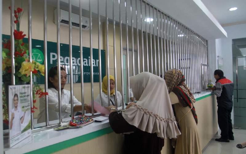 Proses transaksi pegadaian di loket Pegadaian.
