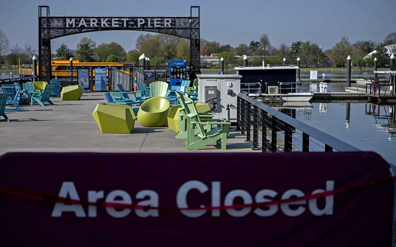 Sejumlah kursi kosong tergeletak di area yang tutup di The Wharf, Washington, DC, Amerika Serikat, Selasa (7/4/2020). Amerika Serikat masih menjadi negara dengan kasus Covid-19 terbesar. Hingga Rabu (8/4/2020), kasus positif Covid-19 di Negeri Paman Sam itu telah mencapai 396.416 kasus. Bloomberg - Andrew Harrer