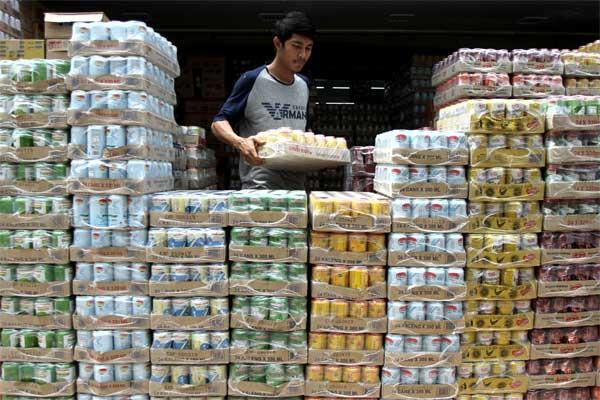 Pekerja menyusun aneka jenis minuman kaleng di salah satu grosir penjual makanan dan minuman kemasan di Pekanbaru, Riau, Senin (12/6). - Antara/Rony Muharrman