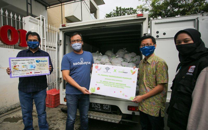 Penyerahan paket sembako  PT Padangbara Sukses Makmur untuk masyarakat yang terdampak virus corona (Covid/19) lewat gerakan BagiAsa.