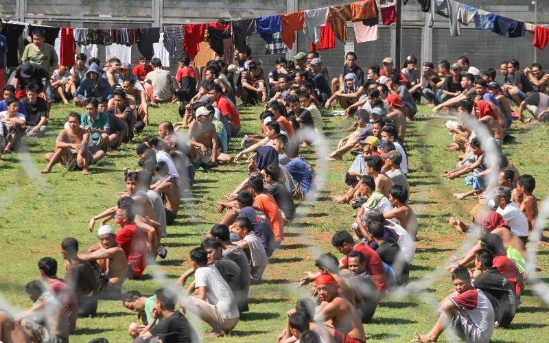 Sejumlah warga binaan berjemur di Rutan kelas 1, Depok, Jawa Barat, Kamis (2/4/2020). Kementerian Hukum dan HAM menerapkan protokol kesehatan di rumah tahanan (Rutan) dan lembaga pemasyarakatan (Lapas) dengan meminta warga binaan berjemur guna membantu meningkatkan imunitas. - ANTARA FOTO/Asprilla Dwi Adha