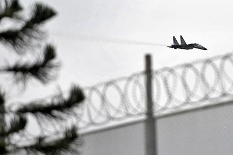 Pesawat Sukhoi bermanuver di atas Lembaga Pemasyarakatan (Lapas) Kerobokan, Denpasar, Bali, Selasa (24/2/2015). - Antara/Nyoman Budhiana.