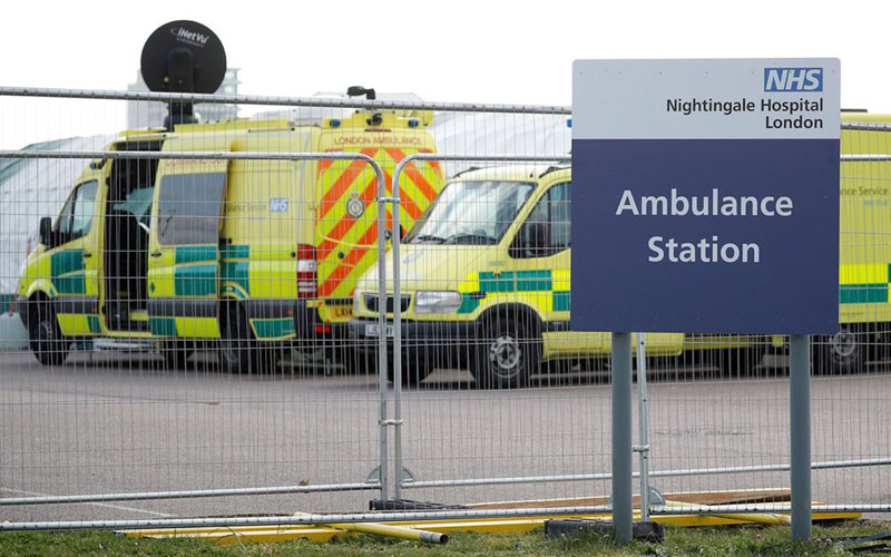 Mobil ambulans siaga di sebuah rumah sakit di London, Inggris, di tengah pandemi corona. - Bloomberg