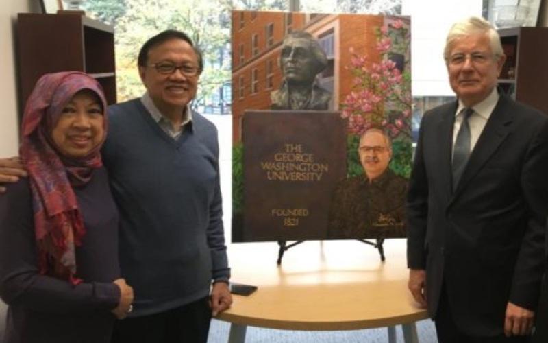 (dari kiri) Niniek Setyawati dan mantan Sekretaris Kabinet periode 2009-2014 Dipo Alam, saat berkunjung  ke ke Kampus Foggy Bottom dan mempersembahkan lukisan Presiden Thomas J. LeBlanc kepada Dekan SEAS David Dolling di Science and Engineering Hall - gwalumni.org