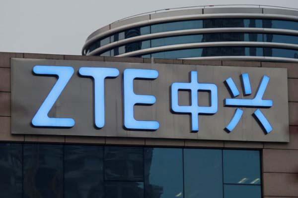 Nama perusahaan ZTE terlihat di bagian luar gedung riset dan pengembangan ZTE di Shenzhen, China - Reuters/Bobby Yip