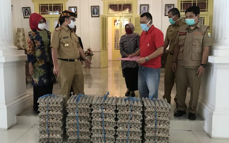 Pemerintah Kabupaten Cirebon menerima bantuan untuk warga terdampak Covid-19 dalam bentuk telur ayam ras segar sebanyak 20.000 ribu butir. - Bisnis/Hakim Baihaqi