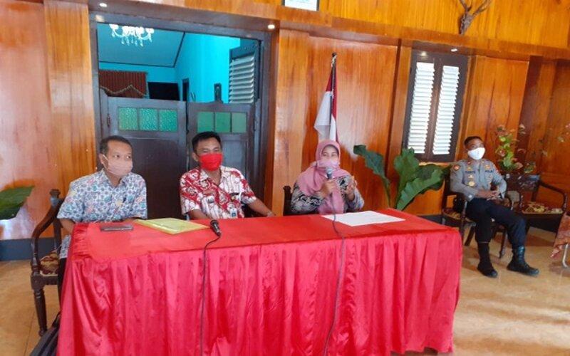 Pemilik rumah indekos, Siti Mutmainah (kedua dari kanan) memberikan keterangan kepada wartawan di Kantor Camat Grogol, Sukoharjo, Selasa (28/4/2020). - JIBI/Bony Eko Wicaksono
